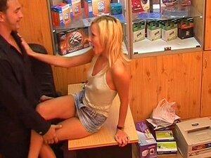Skjulte blonde rides pikk, den skjulte cam porno blondinen spiser pikk og rir det på kontoret