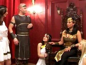 CFNM greske dronning ordrer cfnm fyr å strippe