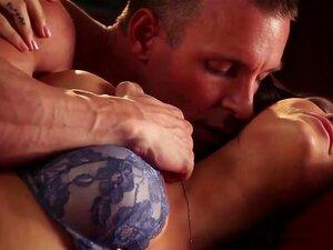 Langsom hardcore erotisk scene med brunette babe Holly Michaels, Holly Michaels elsker jævla hennes kjæreste i ekkel doggystyle stand og får massevis av cum på hennes sexy ass. En veldig intens hardcore kjærlighet-økt som er verdt å se
