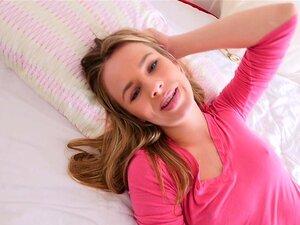 Blonde ungdomspornografi får anal bakfra for første gang, søte blonde tenåringer Jillian Janson i rosa undertøy posere i seng for hennes partner så la ham spise henne barbert fitte mens hennes gjør selfie så anal fucking for første gang