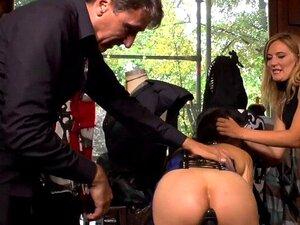 Euro slave blir piss i offentlig boutique. Euro brunette slave Coco Chanal poserer i vinduet av offentlig boutique i åpne ass gummi kjole så blir piss fra hennes elskerinne Mona Wales og fucks