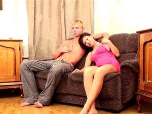Oral sex på sofaen. Webcam oral sex på sofaen for en ung amatør ludder